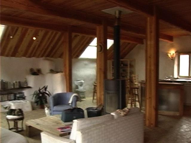 cest une maison ossature bois et botte de paille le toit est galement isol avec de la paille cest du bardeau de mlze qui est utilis pour la - Maison Paille Ossature Bois