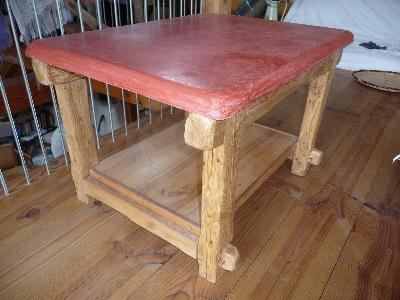 table en mélèze et plateau en tadelakt rouge pale.jpg