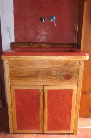 vasque intégré au meuble en tadelakt rouge orangé